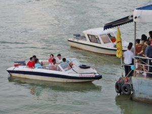コロンス島に向かうモーターボート