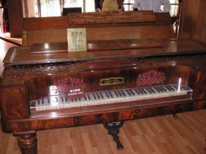 コロンス島のピアノ