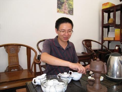お茶屋さんでお茶を試飲する